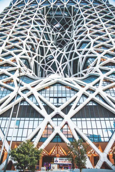 Пятая башня игорно-гостиничного комплекса City of Dreams – открывшийся этим летом отель Morpheus, спроектированный Захой Хадид.