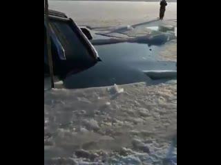 #новостироссии #лед #авто  30 машин провалились под лед на острове русский во владивостоке.  на месте работают мчс, по их словам