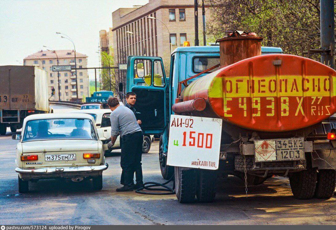 Передвижная АЗС на улице Гаврикова, Москва, 1995 год.