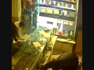 В Иране с преступниками не церемонятся. - - Трое мужчин ограбили ювелирный салон, зверски