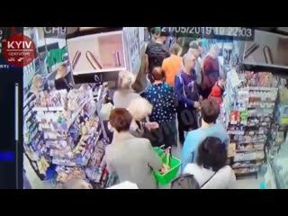 В Киеве неадекват стоя в очереди в супермаркете пытался свернуть шею ребенку