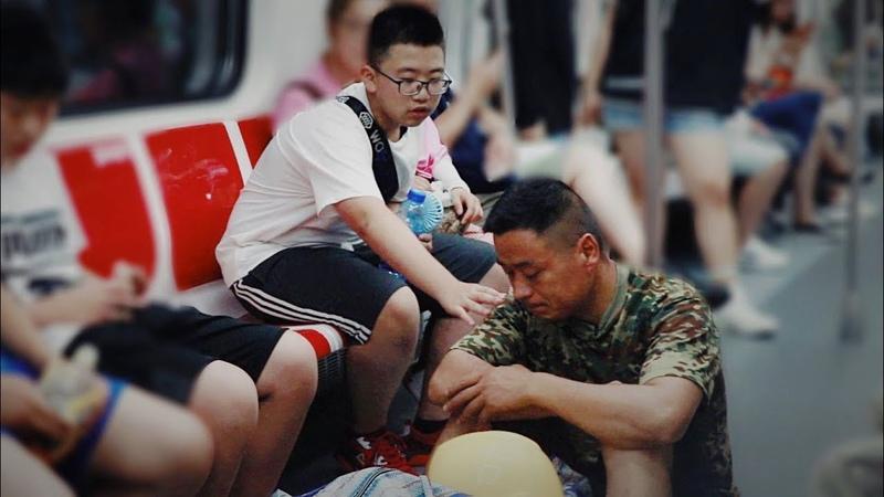 When a peasant worker sitting on the ground in subway…农民工乘地铁坐地上,因怕弄脏座位,让他感动的一幕发生了