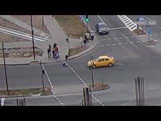 Видео, как в Бресте девочка чуть не попала под автомобиль. Посмотрите, что произошло