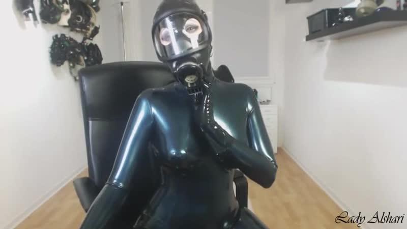 Posing_girl_in_latex_and_gasmask