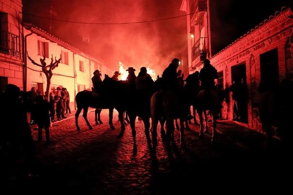 Всадники проезжают через костер испанском городе Сан-Бартоломе-де-Пинарес. Наши дни. Этот ритуал символизирует очищение. Фестиваль Las Luminarias проходит каждый год накануне праздника святого