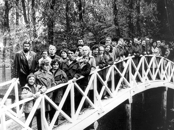 Экскурсовод Сергей Довлатов с группой туристов, Пушкинские Горы, 1976 год.