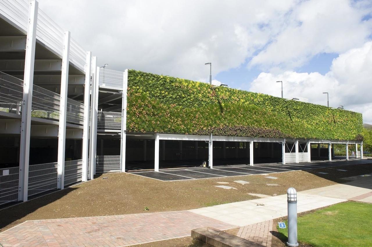 One World Design Architects закончили в городе Уорик строительство парковки для автомобилей, облицованной самой крупной зеленой стеной в Европе.