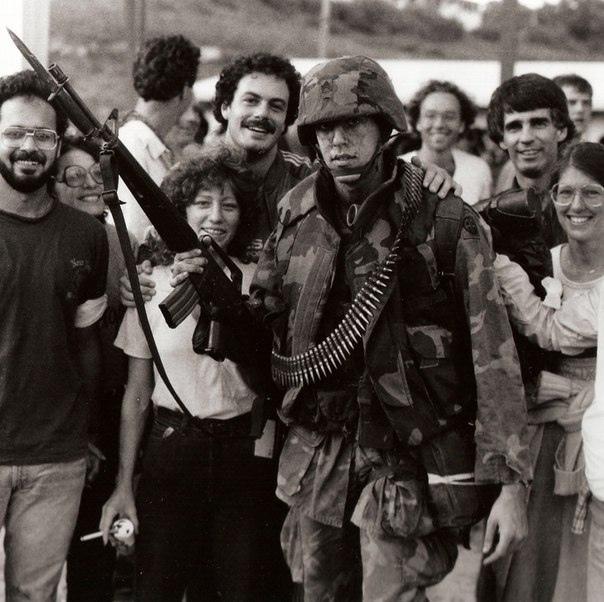 Американский десантник фотографируется с местными жителями во время оккупации Гренады