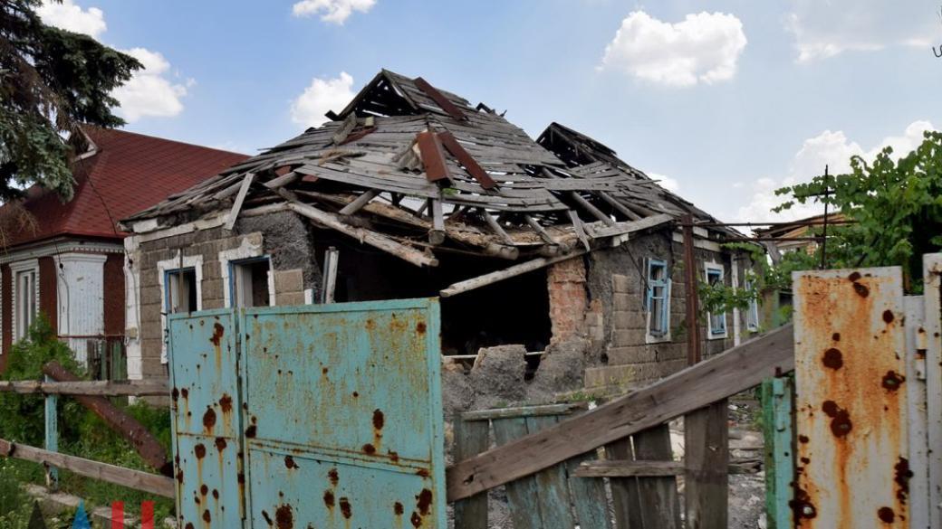 Из-за обстрелов на западе Донецка, поврежден дом