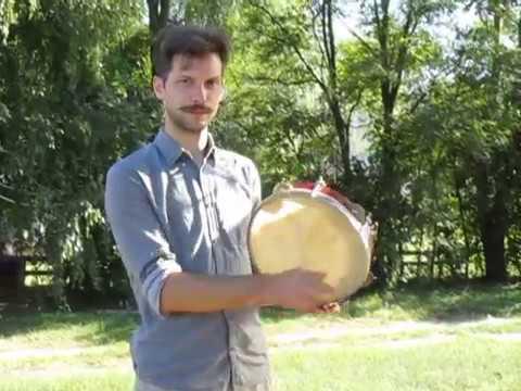 Левченко Андрій показує як грають на бубні у с Слобода Кагарлицького району