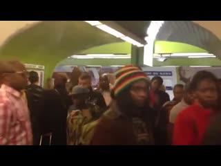 Обычное парижское метро в будний день