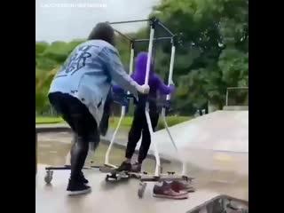 Мальчик с церебральным параличом первые прокатился на скейте