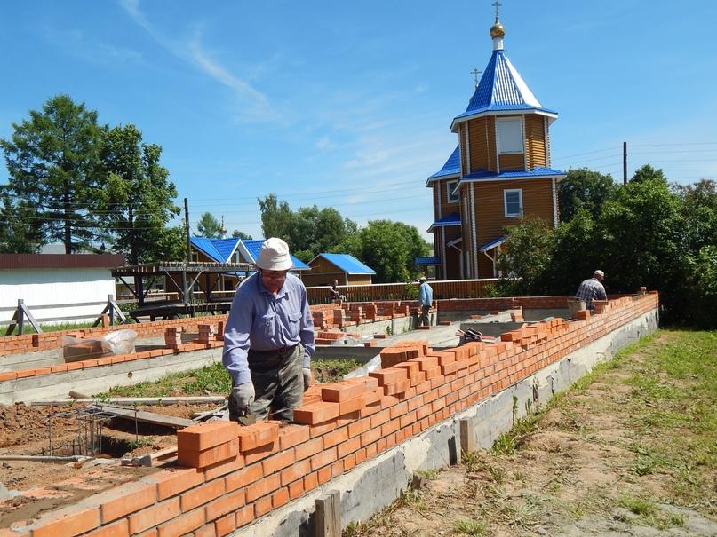 «Дом для мамы» строится. Фото Милитины СЕМЁНОВОЙ.