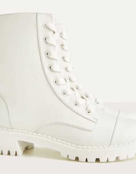 Кожаные ботинки на низком каблуке со шнуровкой
