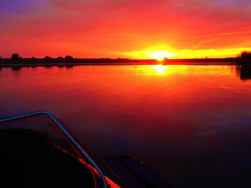 Бодрящая ночная прохлада, огненно-алый рассвет и полнейший штиль на воде, - прос...