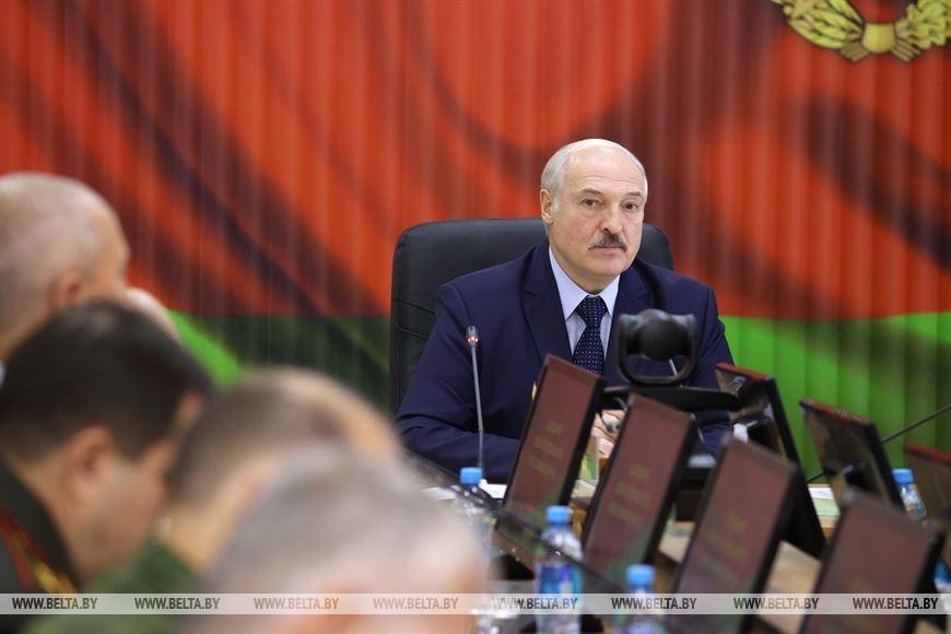 Лукашенко: успокойтесь, не надо вперед выставлять девчонок и угрожать семьям военнослужащих