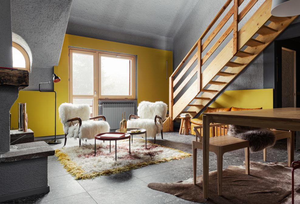Контрастыжелтого и серого в квартире в Итальянских Альпах