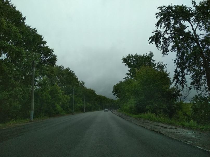 Дорога в дождливом тумане на дамбе в Кирове