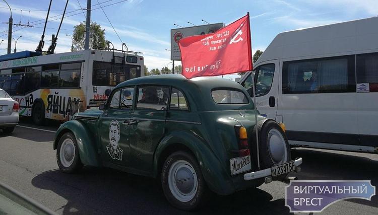 """По Бресту гоняет автомобиль с портретом Сталина """"на борту"""""""