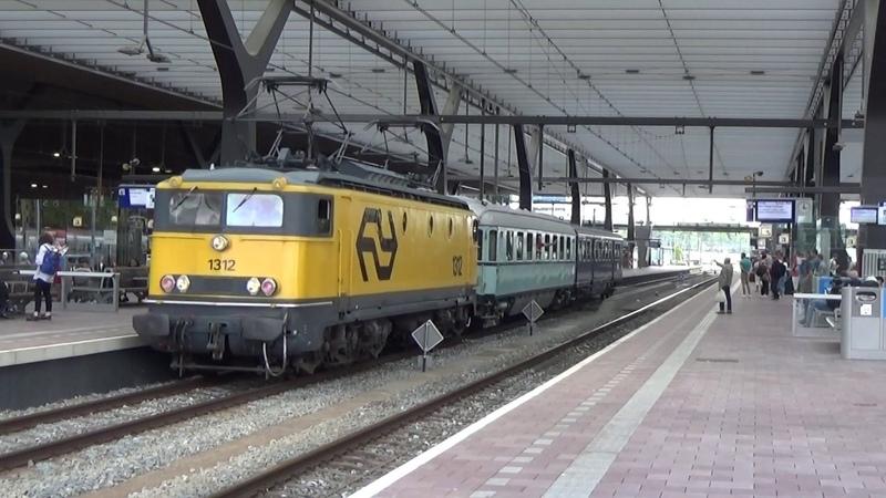 Loc 1312 vertrekt met Plan E D rijtuig in Rotterdam Centraal