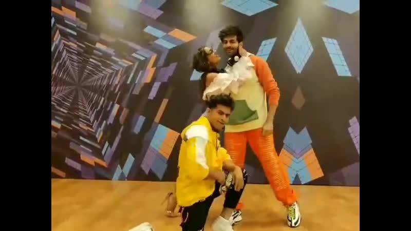 Картик Арьян Сара Алих Кхан и Адил Кхан танцуют под Haan Main Galat