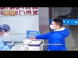 Мальчик из г. Ханчжоу (Чжэцзян, КНР) принес в одну из местных больниц конверт с деньгами и благодарственное письмо