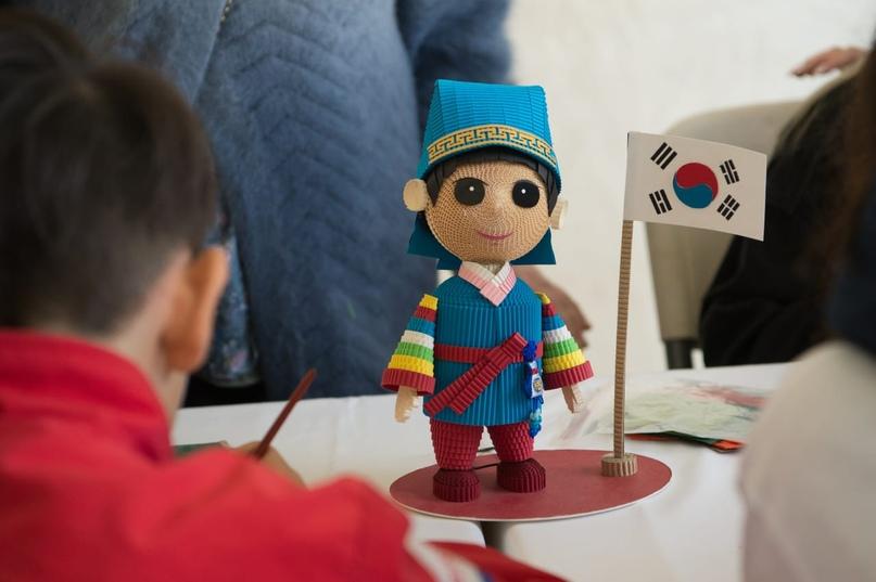 Кукла из гофрокартона Кореец в национальной одежде.