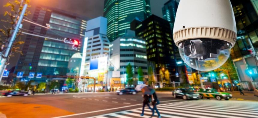 Во многих городах мира уличные фонари объединены с камерами и датчиками окружающей среды.