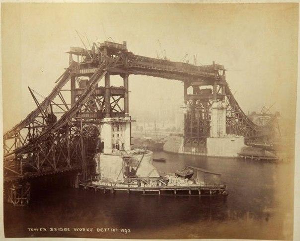 Строительство Тауэрского моста, 1886-1894 год. Как строили визитную карточку Лондона.Мост спроектировал Гораце Джонс, он представляет собой разводной мост длиной 244 м с двумя поставленными на