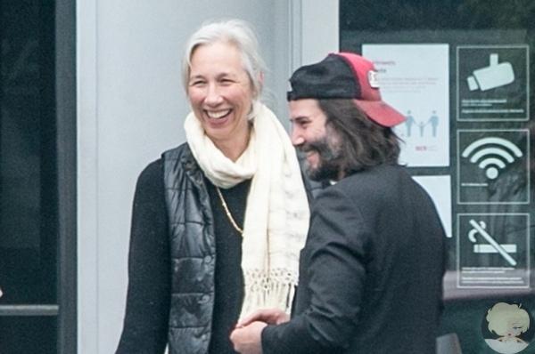 Веселые и счастливые: папарацци запечатлел Киану Ривза с возлюбленной Александрой Грант в Берлине