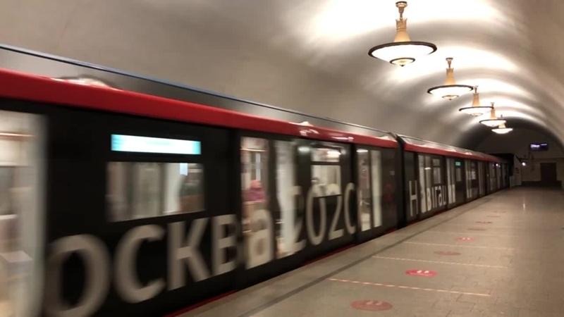 Метро Новослободская встречаем поезд из туннеля