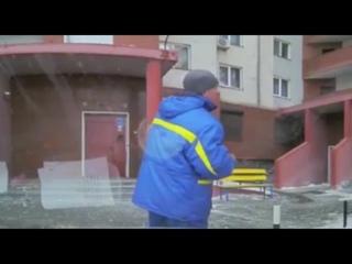 Во Владивостоке на маму с малышом упал лед с крыши многоэтажного дома