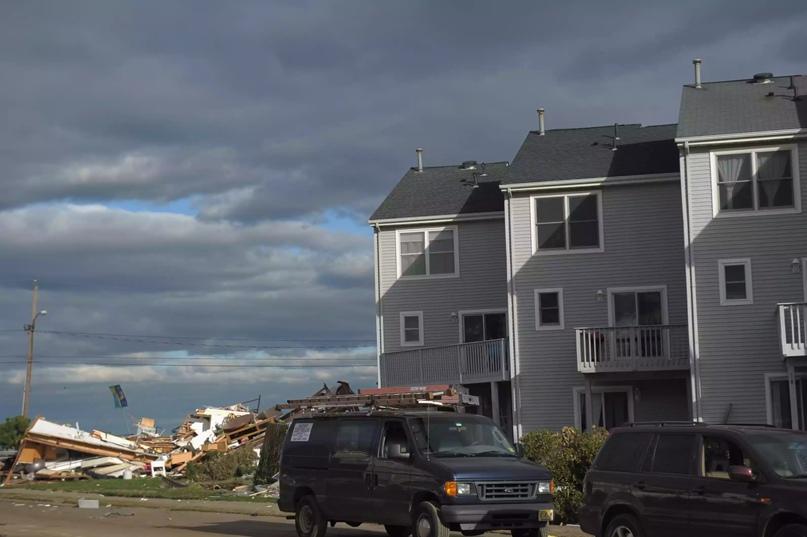 Таунхаусы стоят возле рухнувшего строения после урагана Сэнди 2 ноября 2012 года в Юнион-Бич, штат Нью-Джерси.
