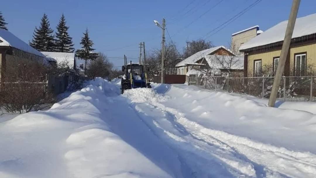 Для расчистки дорог в микрорайоне Загорщина города Петровска, посёлка Северный, а также территории, прилегающей к старому кладбищу, выделена тяжёлая сельхозтехника