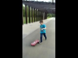 Ваня осваивает скейт.2