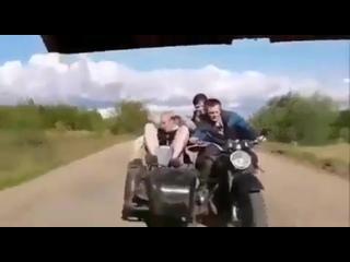 На мотоцикле в кусты, прикол. Пьяные на буксире, итс май лайф. один в коляске