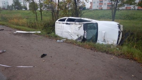 Автомобиль перевернулся на шоссе в Уссурийске, вод...
