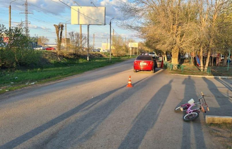 Семилетняя девочка на велосипеде попала под колеса машины в Оренбурге