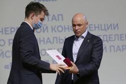 Игорь Артамонов вручил памятные медали и грамоты Президента РФ трём волонтерам