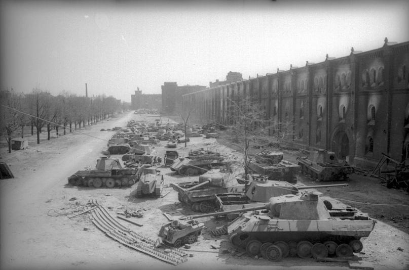 Танковое кладбище у стен Арсенала. Помимо стандартных «Пантер» и «Тигров» можно увидеть экзотику, вроде Renault FT.