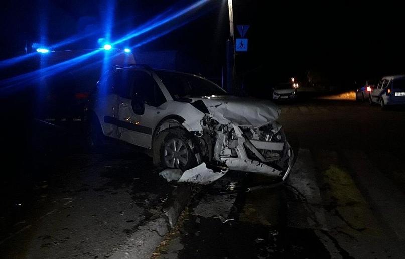 Пассажирка иномарки получила травмы.  Водитель «Сузуки» после столкновения с «Маздой» врезался в дорожный знак ... [читать продолжение]