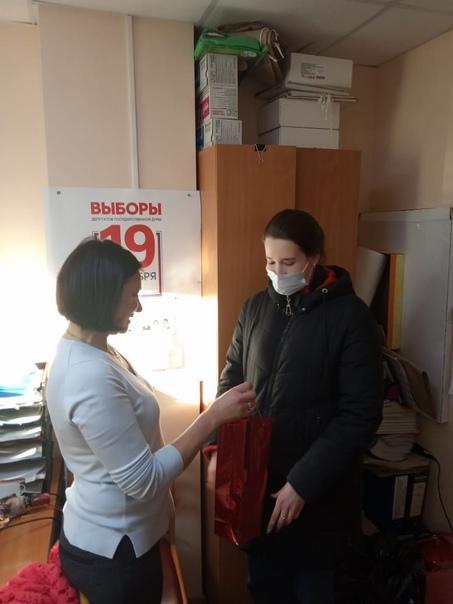 Председатель ТИК Сланцевского района Галина Семёнова  поблагодарила впервые проголосовавшую Викторию