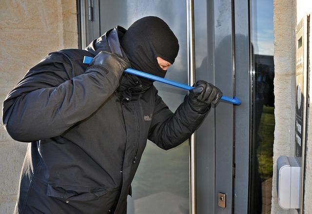 Проник в квартиру, украл банку закаток и покатался на угнанном авто. Суд вынес минчанину приговор