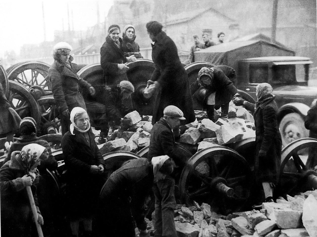 24 сентября 1941 года. Ленинградцы на строительстве баррикады у Кировского завода
