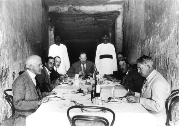 Археологи обедают в гробнице фараона Рамсеса ХI,