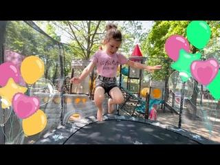 Обзор ПАРКА РАЗВЛЕЧЕНИЙ/Батуты,игровой замок,бассейн с шарами на детской площадке.Солнечный остров