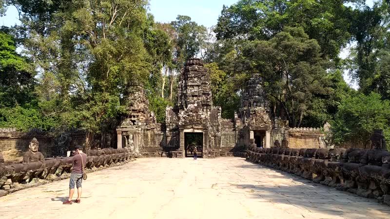 Змеиные ворота в Ангкоре Камбоджа