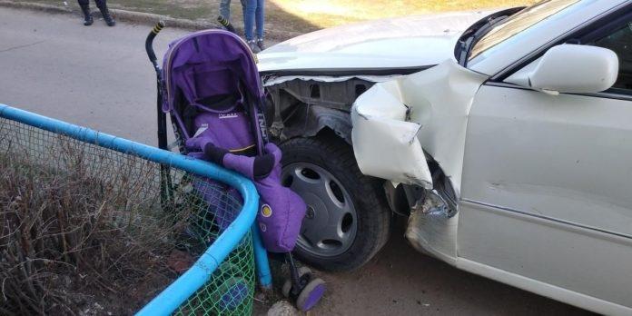 В Марий Эл молодая женщина наехала на коляску с годовалым ребенком