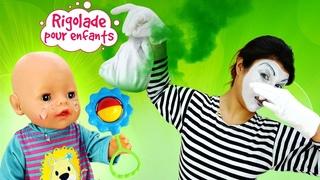 Rigolade pour enfants. La mime-nounou joue avec Baby Annabell.