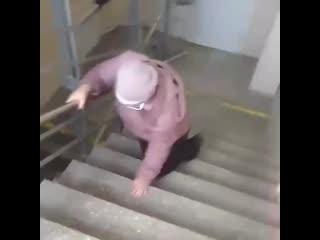 Посетитель больницы снял на видео женщину, которой пришлось спускаться с переломом ноги по лестнице